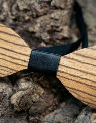 puurusetti-mustalla-nahalla-puurusetti-puinen-rusetti-puumirri-mirri-solmuke-asuste-bow-tie-mirrikauppa