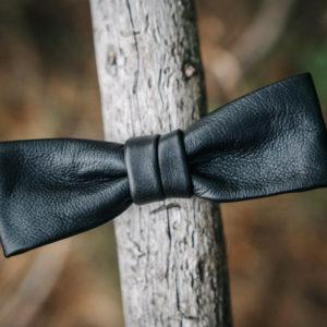 batwing-rusetti-mirrikauppa-kasin-tehty-kotimainen-nahkarusetti-poronnahka-poronnappanahka-design-kasityo-suomalainen